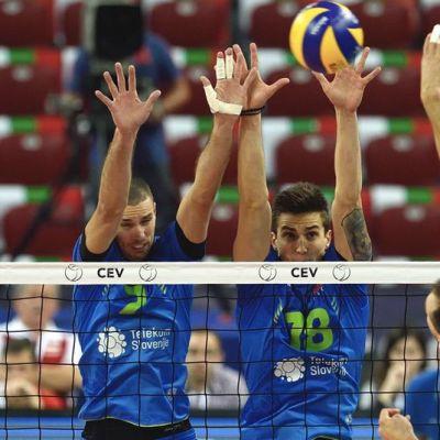 slovenia yllätti puolan lentopallon em-kisoissa Bartosz Kurek (R) of Poland spikes the ball against Slovenia's Mitja Gasparini (L-R) ,Dejan Vincic, and Klemen Cebulj