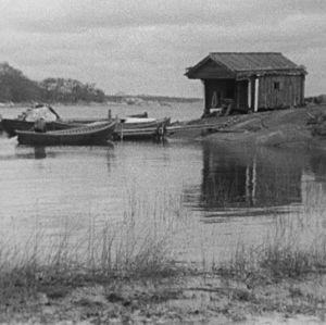 Kalastaja rantautuu veneellä.