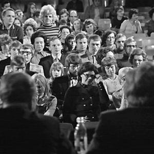 Yleisöä Kansalaisen tietolaari -ohjelmassa
