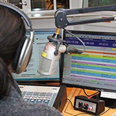 Yle Lapin juontaja studiossa