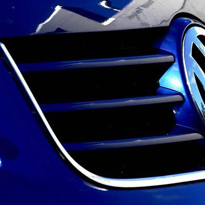Autovalmistaja Volkswagenin merkki auton keulassa Espoossa 29. syyskuuta 2015.