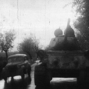 Neuvostojoukot saapuvat tankeilla Unkariin.