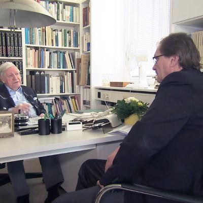 Ohjaaja Vesa Toijonen haastattelee Helmut Schmidtiä vuonna 2015