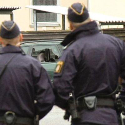Svenska poliser granskar de skador som en handgranatsexplosion orsakat den 26 juli 2015.