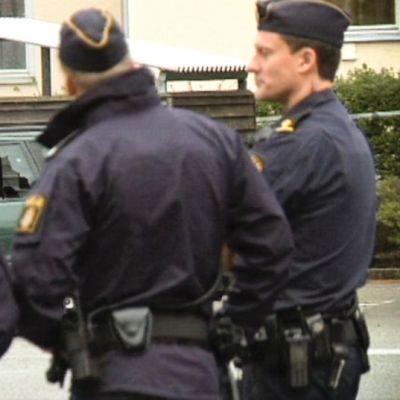 Poliisit katselevat edellisyön aikana syntyneitä tuhoja 26. heinäkuuta Ruotsin Malmössä.