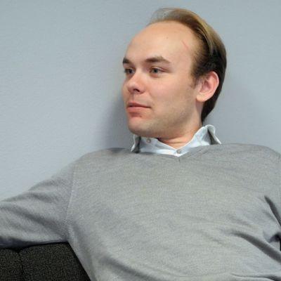 Jyväskylä Sinfonian uudeksi ylikapellimestariksi valittu Ville Matvejeff istuu Yle Keski-Suomen toimituksessa 14. päivä toukokuuta 2013.