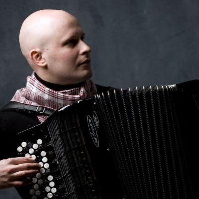 Harmonikkataiteilija Niko Kumpuvaara.