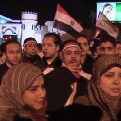 Mielenosoittajia linnamaisen rakennuksen edessä Alexandriassa.