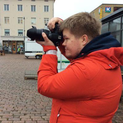 Kotkalainen 17-vuotias Sasu Mäkinen on aktiivinen freelance-kuvaaja, joka tarjoaa tiedotusvälineille erityisesti tulipaloihin ja onnettomuuksiin liittyviä kuviaan