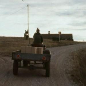 Mies ajaa traktoria soratiellä Hiittisissä