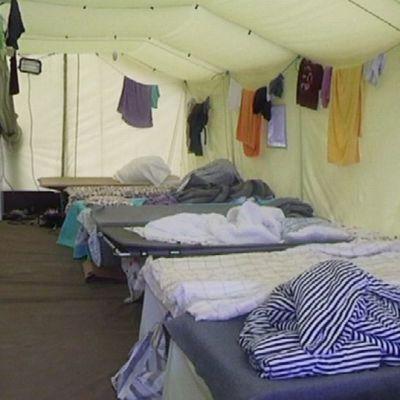 Näkymä telttaan Joutsenon vastaanottokeskuksessa.