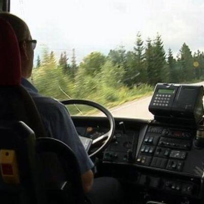 Linja-auto ajaa maaseudulla.