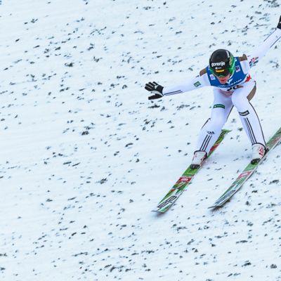 Peter Prevc hyppäsi Kulmin mäkiennätyksen kolmannella kierroksella.