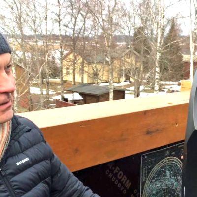 Timo Loikala katsoo teloskooppia tähtitornissaan.
