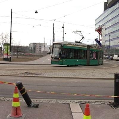 Spårvagn 8 åkte iväg utan förare och spårade ur i Gräsviken, Helsingfors.