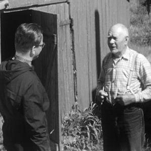 Olavi Puusaari haastattelee Haapasaarilaista miestä vuonna 1964.