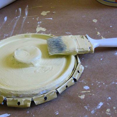 Keltaista maalia ja maalisuti