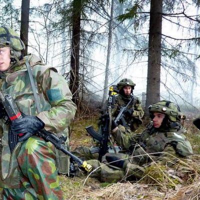Panssariprikaatin varusmiehet harjoittelevat.