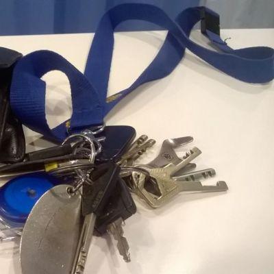 Lompakko ja avaimet pöydällä