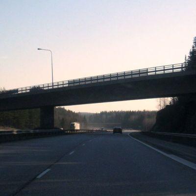 Moottoritien silta ilta-auringon hämärässä