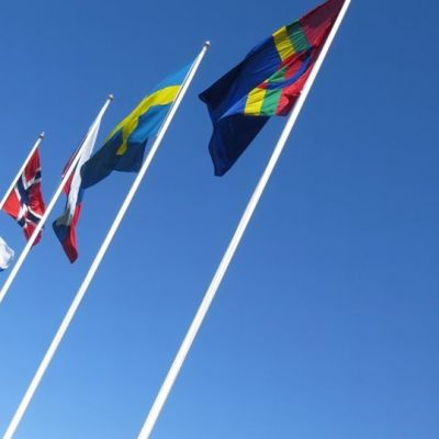 Barentsin alueen liput liehuvat.