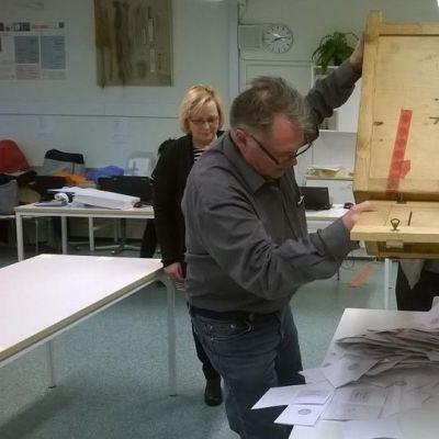 Äänestysliput kaadetaan Vaasan Vöyrinkaupungin äänestyspaikalla