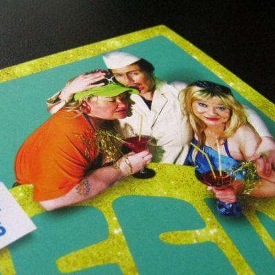 Minna Kivelä, Maija Siljander ja Katja Peacock kuvattuina teatterin esitteen kannessa