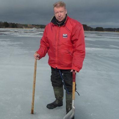 Maanmittausteknikko Etelä-Savon Ely-keskukseta käy mittaamassa järvien jäitä usean kerran kuukaudessa.