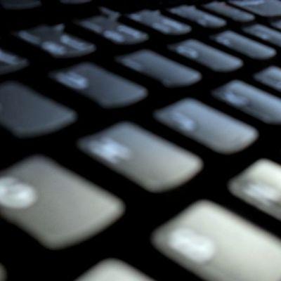 Tietotekniikan kanssa ilmenevät ongelmat voivat hidastaa työntekoa.