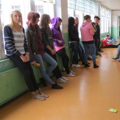Ainiovaaran yläkoulun oppilaita käytävällä.