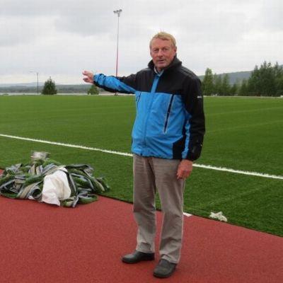 Ylitornion liikuntasihteeri Markku Montel ja rempattu urheilukenttä.