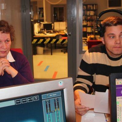 Aulikki Pänttönen ja Hermanni Nieminen radiostudiossa.