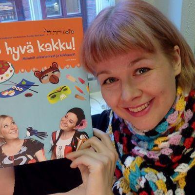 Ani Kellomäki ja kirja Tule hyvä kakku!