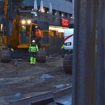Työmiehiä ja kaivinkoneita kauppakeskus Valkean työmaalla Oulussa.