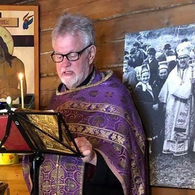 Pappi Rauno Pietarinen lähettää verkossa videojumalanpalvelusta Sevettijärven ortodoksisesta kirkosta.