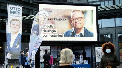Kokoomuksen vaalikampanjointia Helsingin Narinkkatorilla.