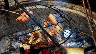 Korv som grillas över öppen eld
