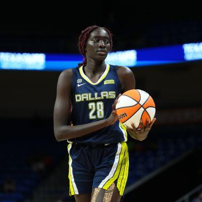 Dallasin Awak Kuier pitelee palloa WNBA:n ottelussa.