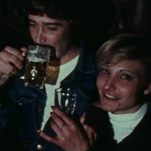 Merimies Hessu nauttii olutta israelilaisen naisen kanssa.