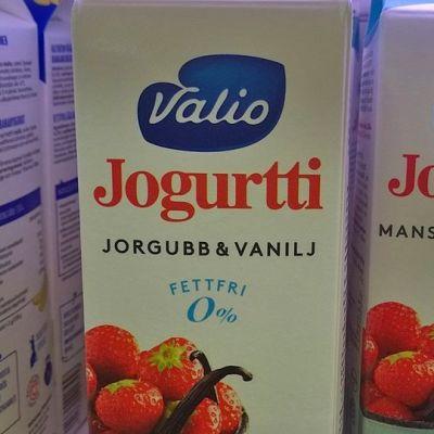 Bokstaven d har fallit bort i ordet jordgubb på Valios jordgubb-vanilj-yoghurtförpackning.