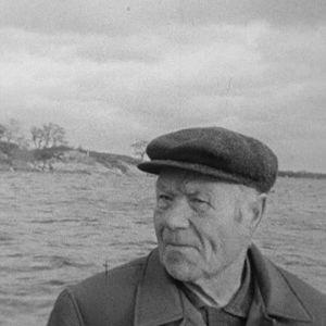 Saaristolainen veneessä.