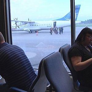 Passagerare i väntsalen på Björneborgs flygplats.