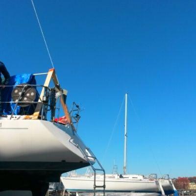 Rabbe Nevalainen på sin segelbåt i Skifferhamnen i Helsingfors