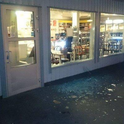 Inbrottstjuvar slog sönder en fönsterruta på Nestes bensinstation i Österby.