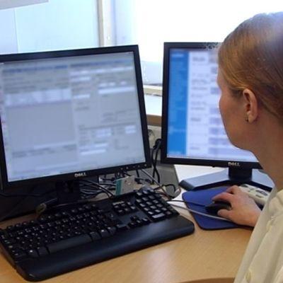 Läkare studerar patientuppgifter