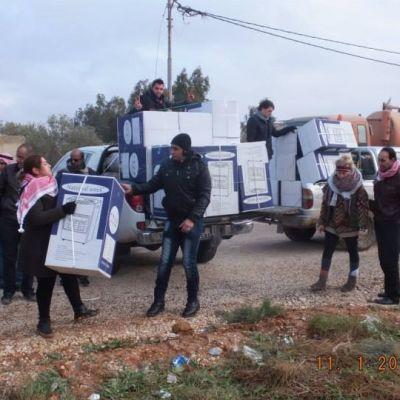 Dar al Yasmins frivilliga delar ut gasvärmare till flyktingar i Zaatari i norra Jordanien.
