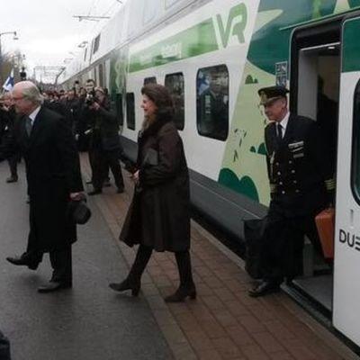 kung XVI Gustaf och drottning Silvia stiger av tåget i Villmanstrand där de avslutar sitt tre dagar långa statsbesök.