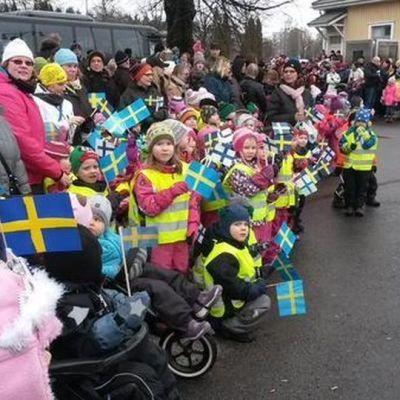 En ivrig publik väntade på kungaparet vid tågstationen i Villmanstrand.