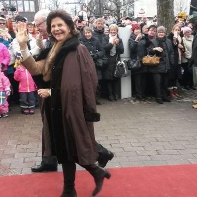 Drottning Silvia vinkar till publiken som samlats för att se kungaparet på besök i Villmanstrand.