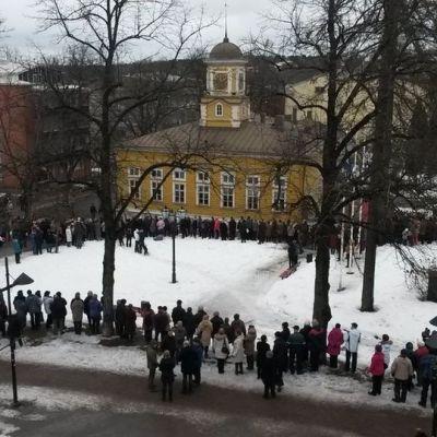 Villmanstrandsbor samlades runt rådhuset för att få se en glimt av kungaparet.